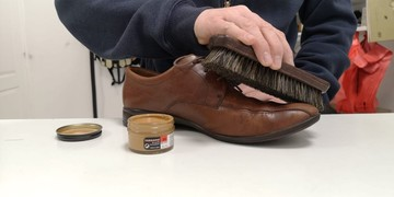 Kép 5: Bőrcipő-ápolása-tarrago-cipőkrémmel-fényezőkefével
