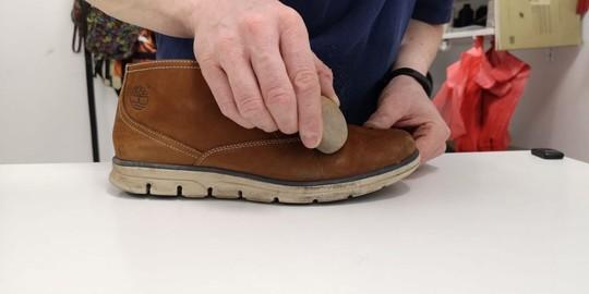 Kép 3: Nubukbőr-cipő-tisztítás-cipőradírral
